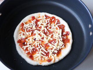 平底锅披萨,放平底锅上,刷一层番茄酱,撒适量芝士上去;