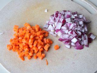 平底锅披萨,洋葱、胡萝卜切碎;