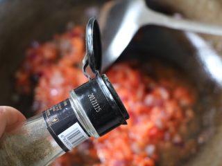 平底锅披萨,放适量的黑胡椒粉;