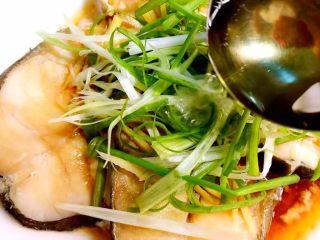 清蒸鳕鱼,把热油均匀的浇到葱丝和鳕鱼上就大功告成了