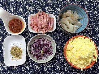 南瓜虾仁培根披萨,准备披萨馅料:培根切条,紫洋葱切碎,虾仁挑去虾线洗净
