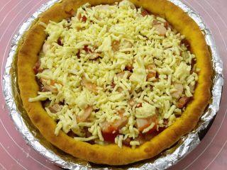南瓜虾仁培根披萨,取出撒其余的奶酪,再次入烤箱200度烤7分钟
