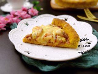 南瓜虾仁培根披萨,取出食用