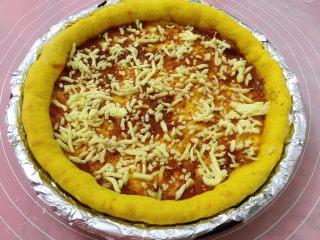 南瓜虾仁培根披萨,取出抹批萨酱,薄薄的撒一层奶酪