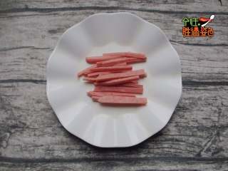 凉拌火腿油麦菜,火腿肠切成丝