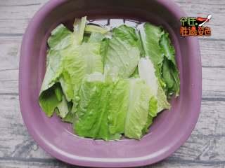 凉拌火腿油麦菜,油麦菜切长段清洗干净