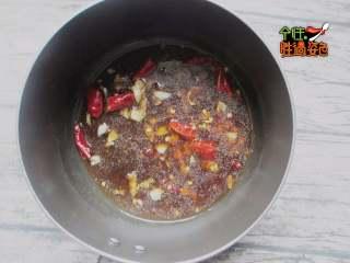 凉拌火腿油麦菜,淋入少许水,加入酱油、盐、鸡精调味