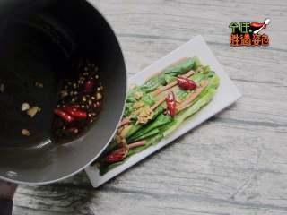 凉拌火腿油麦菜,烧开,将做好的汤汁淋在油麦菜上即可