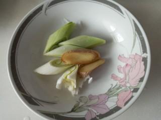 家常烤猪蹄,葱切段姜切片