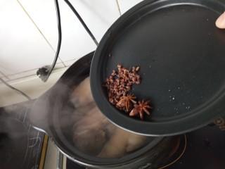 家常烤猪蹄,放入花椒八角