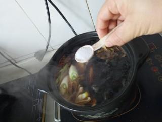 家常烤猪蹄,加盐调味