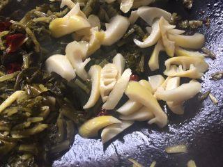 超级下饭的春笋炒咸菜,加入春笋翻炒