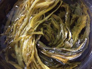 超级下饭的春笋炒咸菜,咸菜在冷开水中泡30分钟,去除多余的盐分