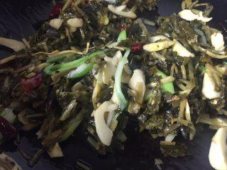 超级下饭的春笋炒咸菜,翻炒均匀即可关火