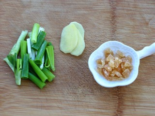 红烧肉,葱切段、姜去皮切片,准备好黄冰糖