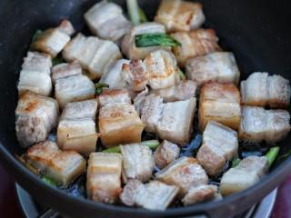 红烧肉,放入五花肉煸炒出香味