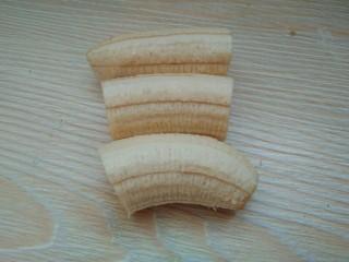 香蕉抹茶网格卷,春天的颜色。,平均切成三段。