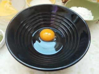 香蕉抹茶网格卷,春天的颜色。,取一个干净的大碗,把鸡蛋打在里面。