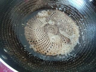 香蕉抹茶网格卷,春天的颜色。,均匀涂上一层,就把黄油块捞出。