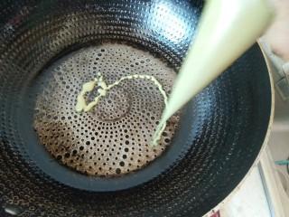 香蕉抹茶网格卷,春天的颜色。,把面糊以画圈圈的方式裱入提前热好的平底锅中。