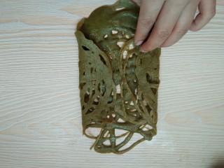 香蕉抹茶网格卷,春天的颜色。,趁热两边对折一下。