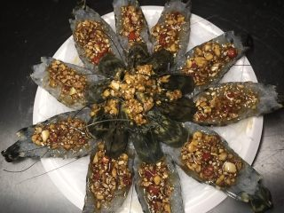 花开富贵虾,把酱汁用小勺子舀到虾背上