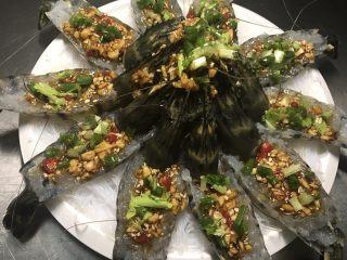 花开富贵虾,再加上芹菜末葱末和辣椒碎做装饰