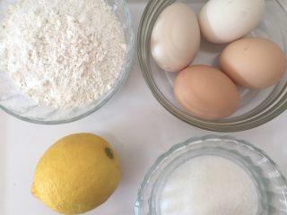 蛋黄小饼干,准备好所有材料,将裱花袋套在一个大点的杯子上,或是套在奶粉桶上。
