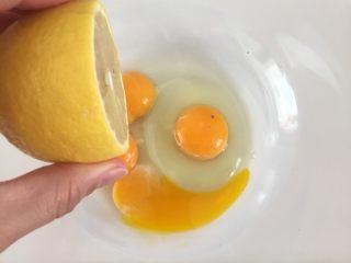 蛋黄小饼干,低入几滴柠檬汁,目的是去腥,没有可以不加。