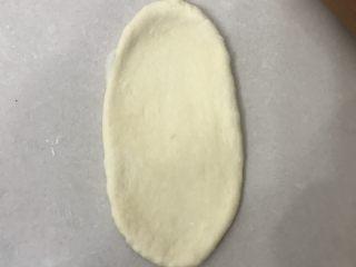 奶香老式面包,取一个面团擀成长舌形,边上的气泡拍掉