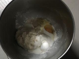 奶香老式面包,把主面团所有食材和老面一起放入厨师机桶里除黄油外