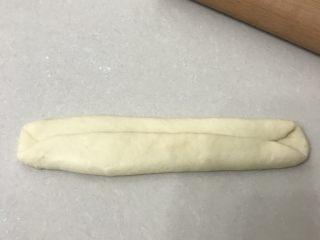 奶香老式面包,两边向中间折叠压实