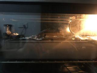 奶香老式面包,送进提前预热好的烤箱中层上下火180度28分钟,上色满意后加盖锡纸