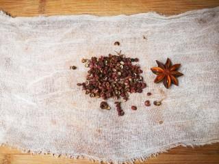 清亮宁夏羔羊腿汤,取纱布放少许花椒,一个八角
