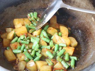 土豆豆角焖面,翻炒均匀;
