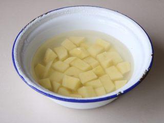 土豆豆角焖面,土豆去皮,切成小块,清水浸泡洗去表面的淀粉;