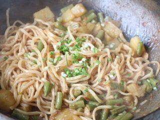 土豆豆角焖面,直到大部分水分炒干,食材熟透,出锅之前加入葱花即可;