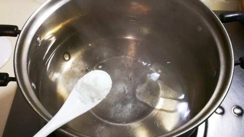 欣欣向荣香菇菜心,放一小勺盐这样菜苔过水后颜色碧绿好看