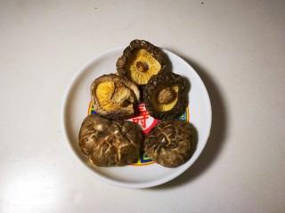 欣欣向荣香菇菜心,香菇准备五朵