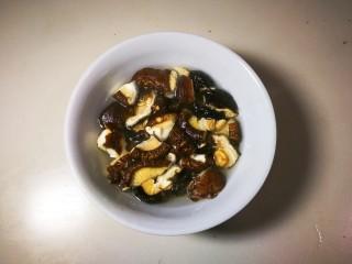 欣欣向荣香菇菜心,扳碎温水泡五分钟