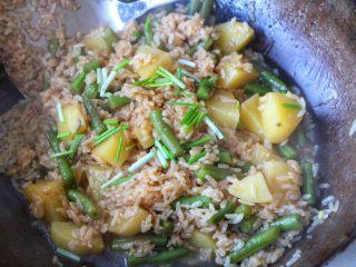 土豆豆角焖饭,出锅之前加入小葱;