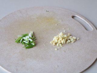 土豆豆角焖饭,大蒜,小葱切碎;