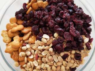 低脂无黄油版雪花酥,花生 ,蔓越莓干,饼干称重混合均匀……
