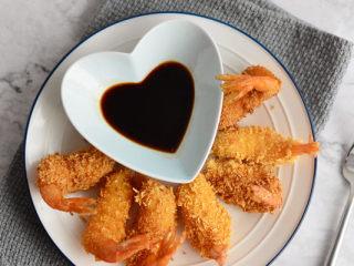 鲜虾天妇罗,把炸好的虾码放在盘中,再配以一小碟酱油,便可上桌食用。