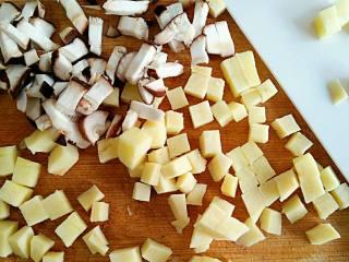 上海生煎馒头,焯好的笋切小丁,香锅洗净切丁,虾剥皮切丁备用。
