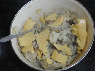 红薯芝士丸子,将芝士片撕碎后放入红薯碗里