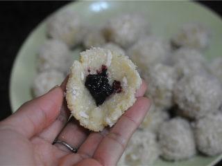 红薯芝士丸子,舀一勺红薯泥,用手团圆后压扁,放上少许蓝莓果酱,滚圆