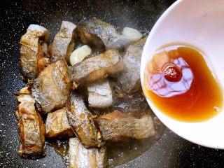 香辣带鱼,放入15g料酒翻炒均匀,焖2分钟,不用盖盖子