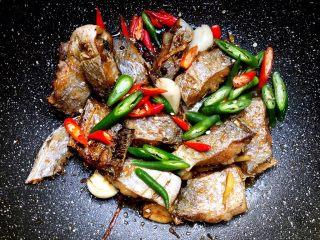 香辣带鱼,放入青辣椒,小米辣椒翻炒均匀,直至炒熟