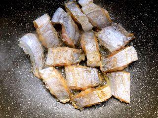香辣带鱼,煎好一面翻另一面煎,直至俩面金黄,煎好夹到盘里待用